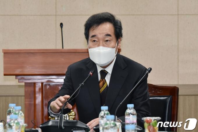 이낙연 민주당 대표가 4·7 재보궐선거 승리 의지를 다졌다. 사진은 이 대표가 22일 오후 서울 영등포구의회에서 열린 당소속 기초의회의원 간담회에서 모두발언을 하는 모습. /사진=뉴스1