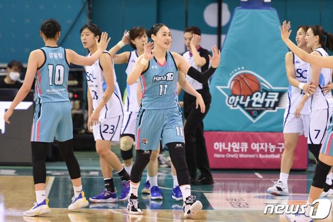 여자농구 하나원큐가 정규시즌 최종전을 승리로 장식했다. (WKBL 제공)© 뉴스1