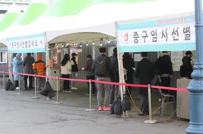 국내 코로나19 신규 확진자가 23일 0시 기준 357명 발생했다. 사진은 서울역 임시선별진료소 모습. /사진=뉴스1