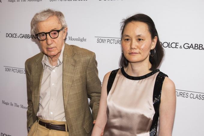 """할리우드 영화감독 우디 앨런(왼쪽)의 아동 성추행 의혹을 파헤치는 다큐멘터리가 공개된 가운데 앨런과 그의 부인 순이 프레빈이 반발하고 나섰다. 사은 2014년 미국 뉴욕에서 열린 """"매직 인더 문라이트' 시사회에 참석한 앨런과 순이. /사진=로이터"""