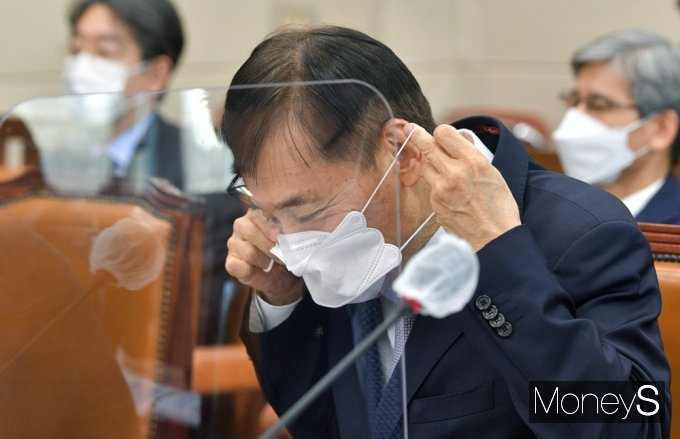 [머니S포토] 마스크 착용하는 이주열 한은 총재