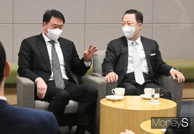 [머니S포토] 접견실에서 대화하는 최태원·박용만