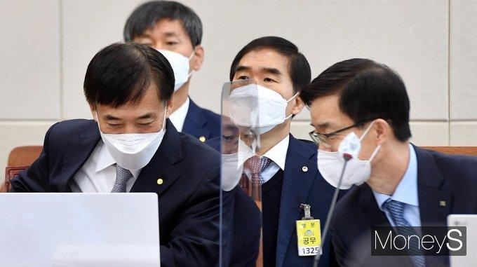 [머니S포토] 국회 기재위, 귀엣말 나누는 이주열-방문규