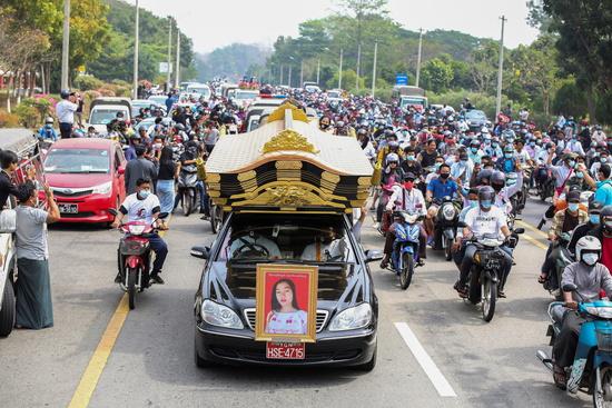 미얀마 양곤에서 군부 쿠데타 항의 시위 중 경찰의 실탄에 머리를 맞은 먀 트웨 트웨 킨(20)이 지난 19일 사망하면서 추모 물결이 일었다. 사진은 지난 21일 치러진 킨의 추모식 모습. /사진=로이터