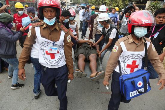 미얀마 군부가 시위대에 대해 강경 대응에 나서면서 유혈 충돌이 발생하고 있다. 사진은 지난 20일 미얀마 만달레이 벌어진 시위 후 구조대원들이 부상자를 �ケ璲� 있는 모습. /사진=로이터
