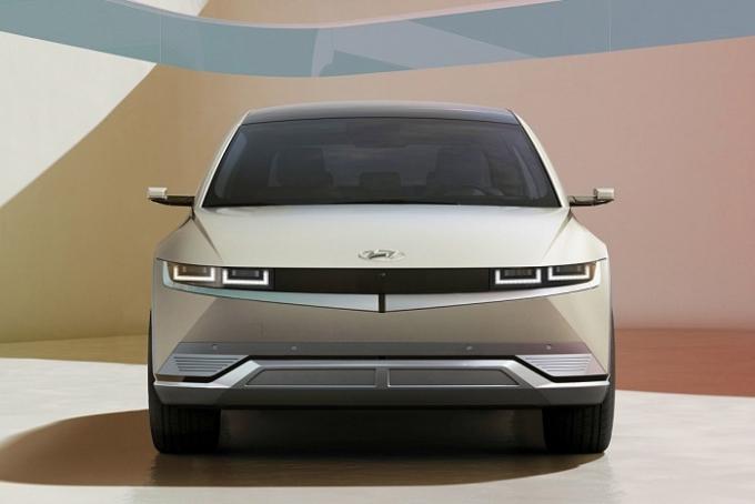현대자동차가 23일 '아이오닉 5'(IONIQ 5, 아이오닉 파이브)의 상세 특징을 온라인을 통해 공개했다. 단순히 첨단 기능을 갖추는 것을 넘어 일상에서의 경험을 자동차에서도 이어지도록 한 점이 이 차의 특징이다. /사진제공=현대자동차
