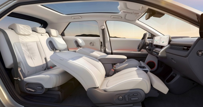 아이오닉5 실내엔 지속가능성 위한 환경 친화적인 소재와 컬러가 적용됐다./사진제공=현대자동차