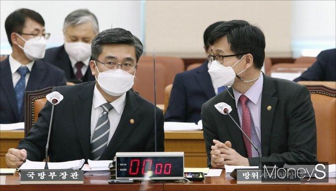 [머니S포토] 대화하는 서욱·강은호