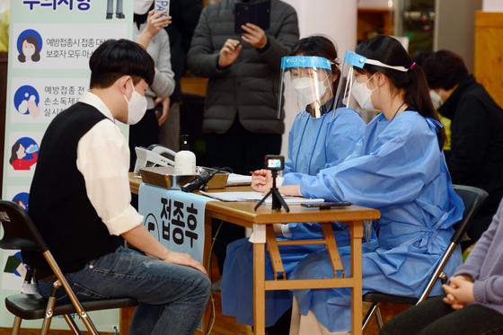 23일 오전 광주 남구 봉선동 소화누리 강당에서 열린 요양시설 근로자, 입소자 대상 신종 코로나바이러스 감염증(코로나19) 예방접종 모의훈련에서 의료진들이 예행 연습을 하고 있다. /사진=뉴스1