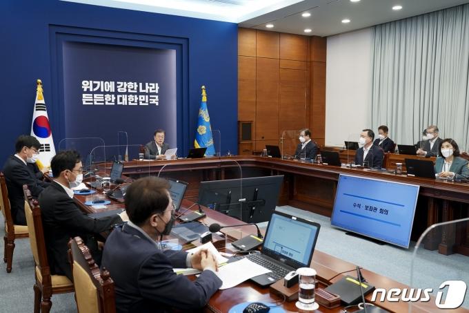 문재인 대통령이 22일 오후 청와대에서 열린 수석·보좌관 회의에 참석해 발언하고 있다. 2021.2.22/뉴스1 © News1 이광호 기자