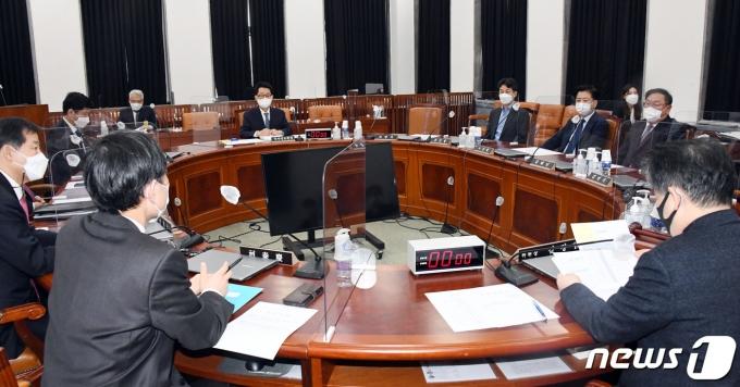 박지원 국가정보원장이 22일 오후 서울 여의도 국회에서 열린 정보위원회 전체회의에 출석하고 있다. 2021.2.22/뉴스1 © News1 신웅수 기자