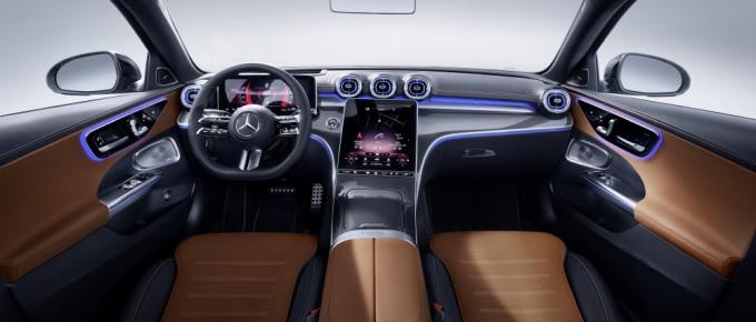더 뉴 C-클래스에는 최신 세대의 드라이빙 어시스턴스 패키지를 비롯하여 다양한 첨단 기술이 탑재돼 운전자의 피로도를 줄여주고 보다 안전하고 편안한 주행 환경을 조성한다. /사진제공=메르세데스-벤츠