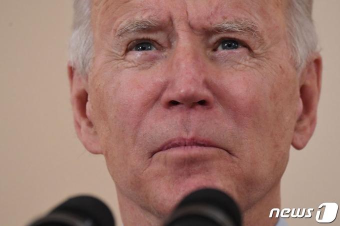 조 바이든 미국 대통령이 22일(현지시간) 워싱턴 백악관에서 코로나19 사망자 50만명을 추모하는 대국민 연설을 하며 모든 연방기관에 조기 게양을 밝히고 있다. © AFP=뉴스1 © News1 우동명 기자