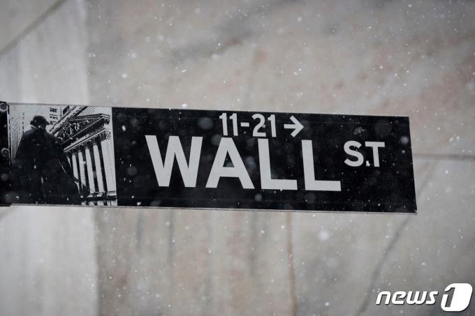 뉴욕증권거래소 앞 도로표지판/로이터=뉴스1