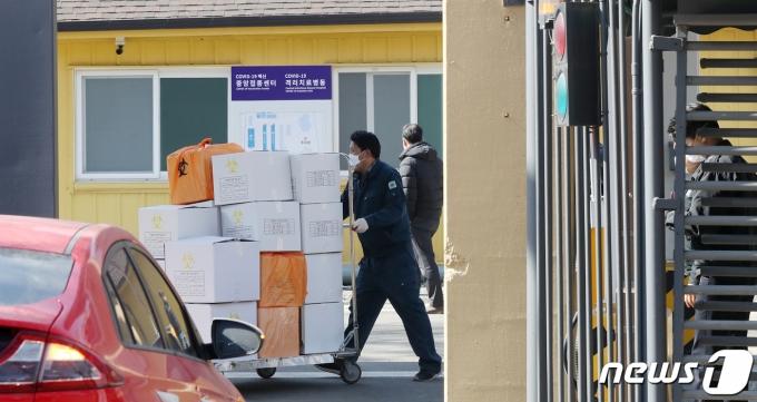 서울 중구 국립중앙의료원 중앙예방접종센터에서 시설 관계자들이 분주히 움직이고 있다. 2021.2.23/뉴스1 © News1 민경석 기자