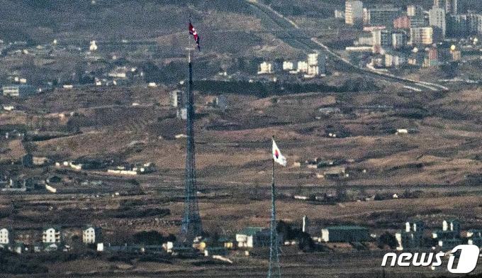 경기도 파주 접경지역에서 바라본 서부전선 비무장지대(DMZ) 남한 대성동 마을. 2021.2.9/뉴스1 © News1 오대일 기자