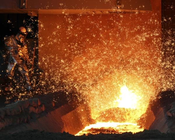 현대제철 직원이 고로(용광로)에서 녹인 쇳물을 빼내는 출선작업을 하고 있다. /사진=현대제철