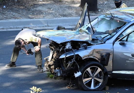 미국 로스앤젤레스의 보안관이 23일(현지시각) 발생한 교통사고로 전복됐던 골프 스타 타이거 우즈의 차량을 조사했다. /사진=로이터