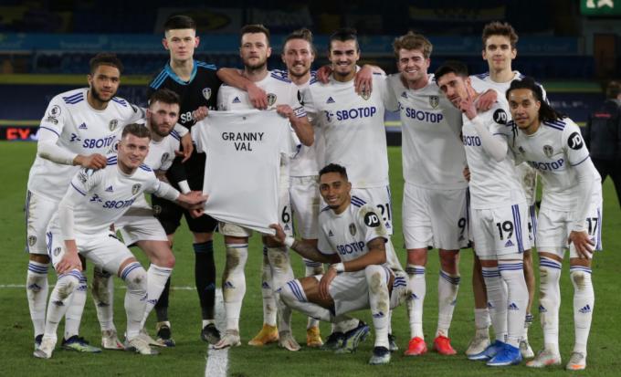 리즈 유나이티드 선수들이 24일(한국시간) 앨런 로드에서 열린 2020-2021 잉글랜드 프리미어리그 25라운드 사우스햄튼과의 경기에서 3-0으로 승리한 뒤 '발 할머니'라고 적힌 티셔츠를 들어보이며 기념사진을 찍고 있다. /사진=리즈 유나이티드 공식 트위터