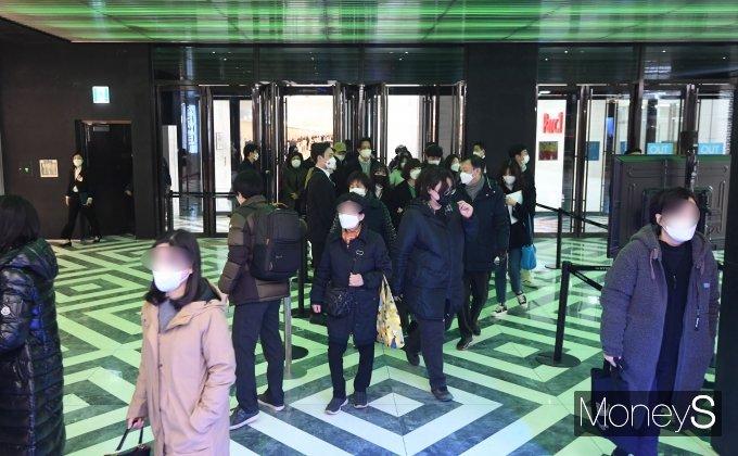 [머니S포토] '더현대 서울' 입장하는 시민들