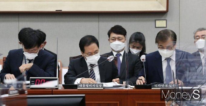 [머니S포토] 국회 운영위, 자료 살피는 김상조-유영민-서훈