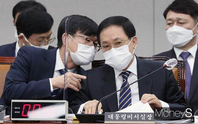 [머니S포토] 의견 나누는 유영민과 김상조