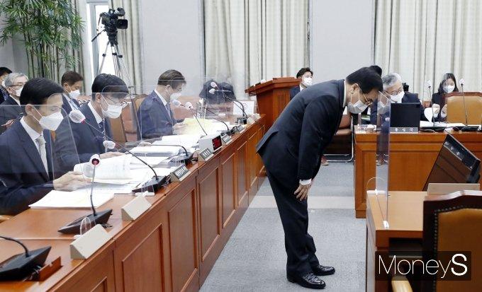 [머니S포토] 국회 운영위, 고개숙여 인사하는 '유영민'