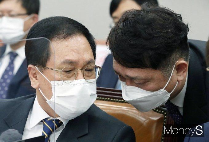 [머니S포토] 국회 운영위, 귀엣말 나누는 유영민-최재성