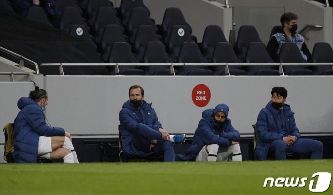 토트넘 홋스퍼 손흥민(오른쪽)이 25일(한국시간) 볼프스베르크와의 유럽축구연맹 유로파리그 32강 2차전서 벤치에 앉아 경기를 지켜보고 있다. © AFP=뉴스1
