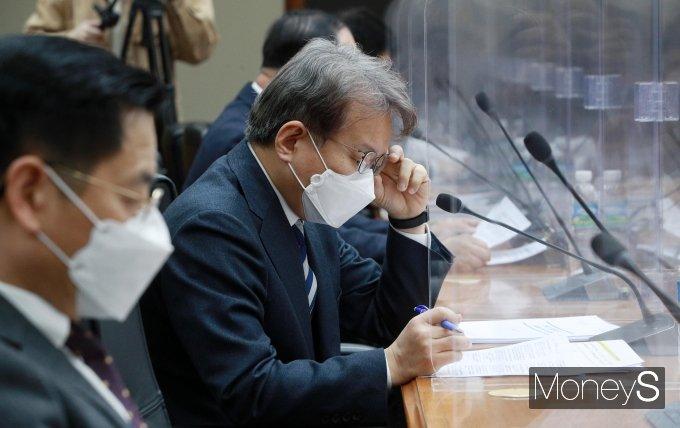 [머니S포토] 서류 검토하는 권칠승 장관