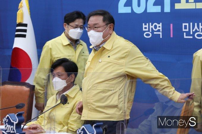 [머니S포토] 민주당 정책조정회의 참석한 김태년 원내대표