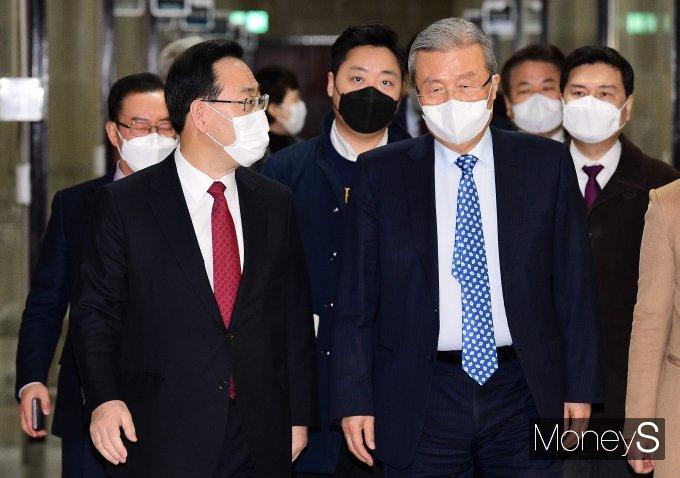 [머니S포토] 대화하며 비대위 참석하는 김종인·주호영