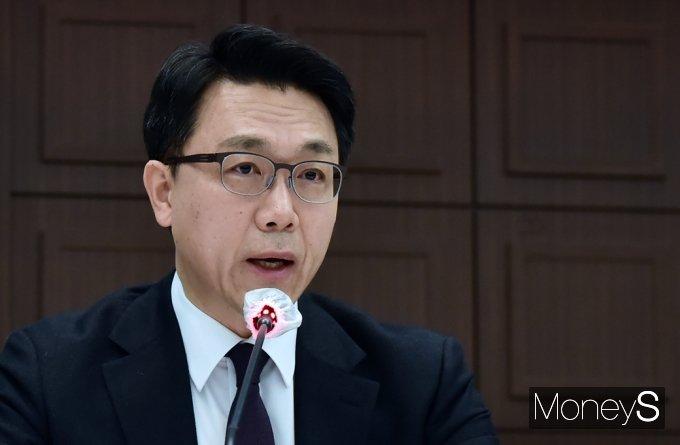 [머니S포토] 공수처 명시 수사대상자 관련 질의 답변하는 '김진욱'