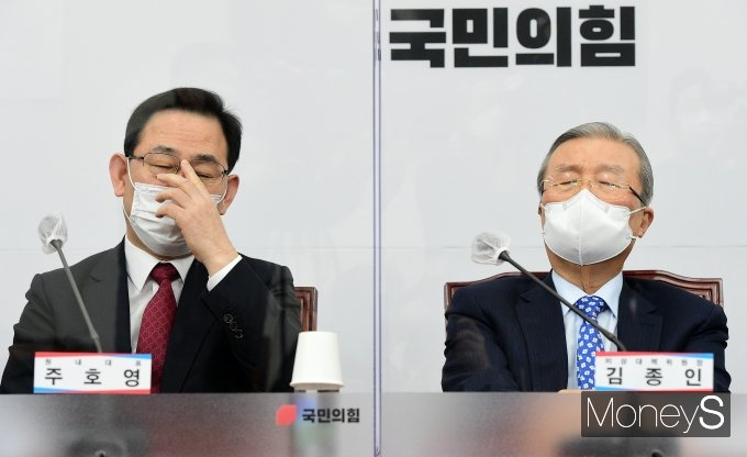 [머니S포토] 나란히 생각에 잠긴 김종인·주호영