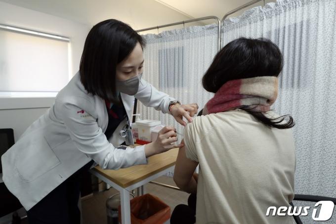 안전한 백신접종을 위해 모의 훈련이 한창이다./사진=뉴스1 제공.