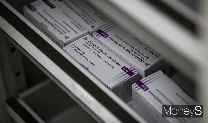 [머니S포토] 냉장고에 보관된 아스트라제네카(AZ) 백신