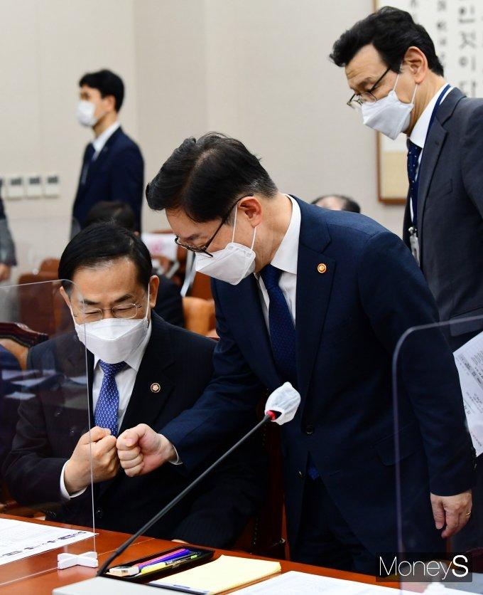 [머니S포토] 조재연 법원행정처장과 인사하는 박범계 장관
