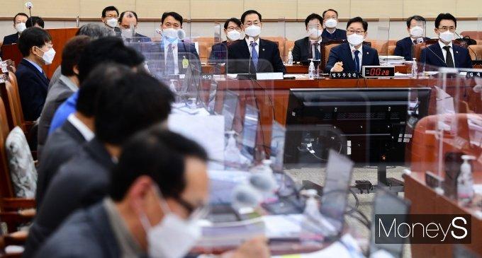 [머니S포토] 의원 질의 답변하는 박범계 장관