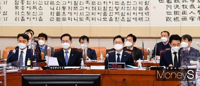 [머니S포토] 법사위 출석한 송민헌·조재연·박범계·이강섭