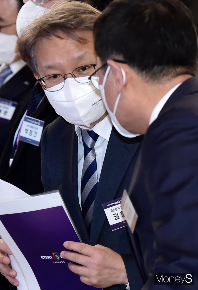 [머니S포토] 인천 스타트업 파크 오픈 귀엣말 나누는 '권칠승'