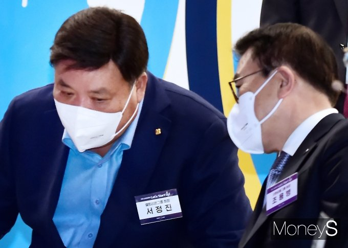 [머니S포토] 대화 나누는 서정진-조용병 회장