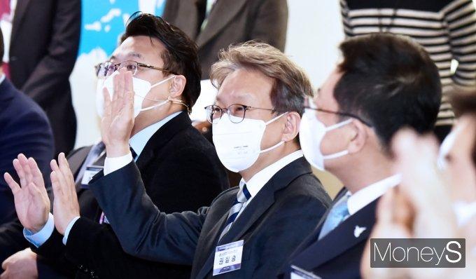 [머니S포토] 손 인사하는 권칠승 중기부 장관