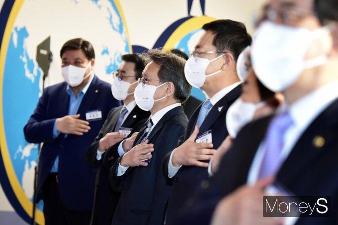 [머니S포토] '인천 스타트업 파크' 오픈, 국민의례하는 내외빈