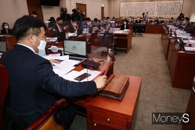 [머니S포토] 가덕신공항특별법·의료법 개정안 처리 앞둔 국회 법사위