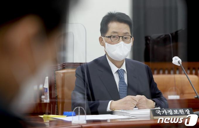 박지원 국가정보원장이 25일 국정원을 선거 개입 등 정치 영역으로 다시 끌어들이려는 것에 대해 유감을 표했다. /사진=뉴스1