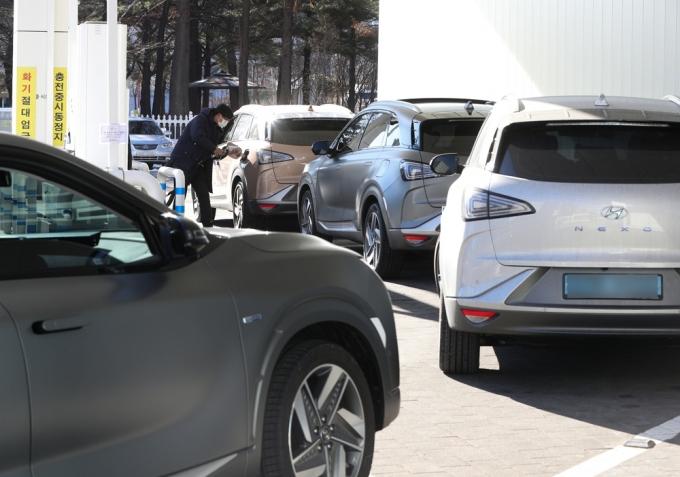 수소차 운전을 위해 의무적으로 받아야 했던 수소차 운전자 안전교육 제도와 수소충전소 설치 기준이 개선된다./사진=뉴스1 신웅수 기자