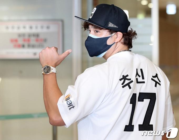 신세계그룹 이마트 야구단과 27억원에 계약한 추신수가 25일 인천국제공항을 통해 귀국했다. © 뉴스1