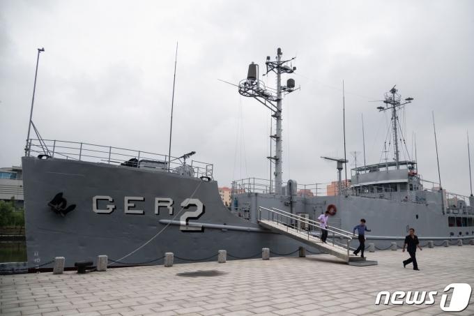 북한 전승기념관 야외전시장인 보통강변에 전시된 푸에블로호 선체의 모습 © AFP=뉴스1