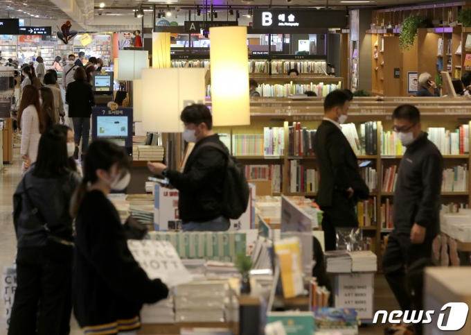 시민들이  서울 교보문고 광화문점에서 책을 읽으며 시간을 보내고 있다. 2020.10.13/뉴스1 DB© News1 이성철 기자