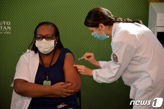 지난 17일 브라질의 한 병원에서 간호사가 신종 코로나바이러스 감염증(코로나19) 백신을 맞고 있다.  © AFP=뉴스1